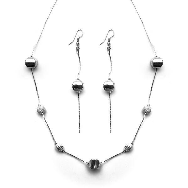 Versilberte Perlenkette mit passenden Ohrringen