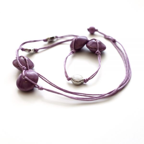 Lange Halskette mit Porzellan- und Metallperlen